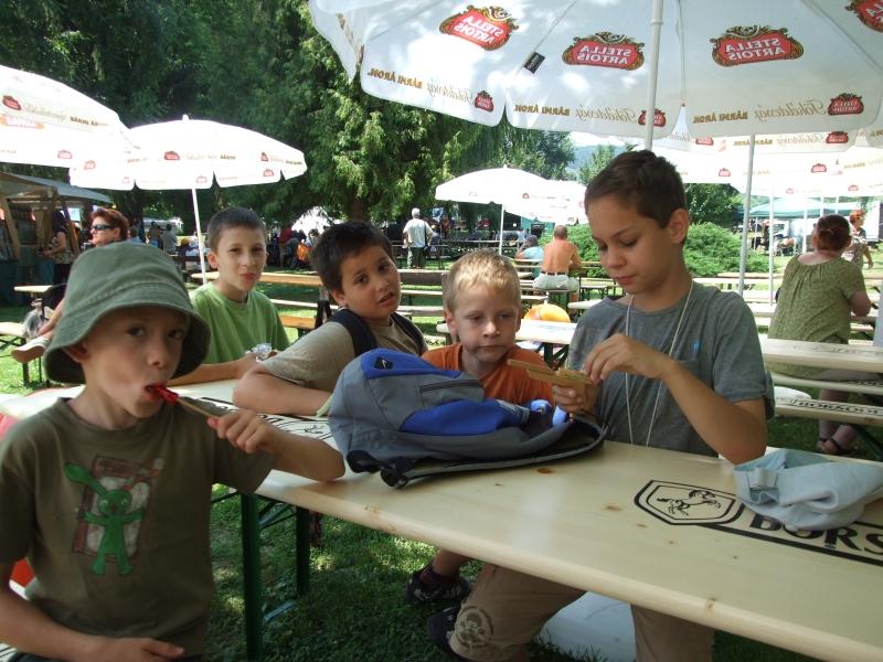 2011_0707Visegrd-palotajtkgyerekek