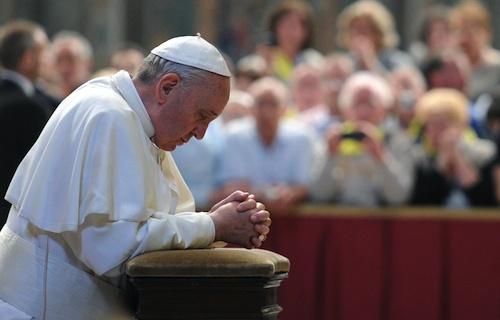 ferenc pápa imádkozva
