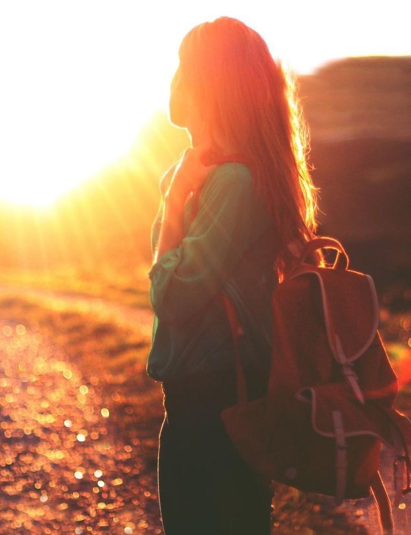 lány hátizsákkal