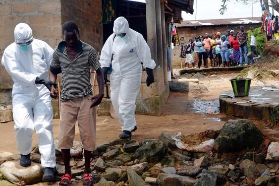 ebolást kísérnek
