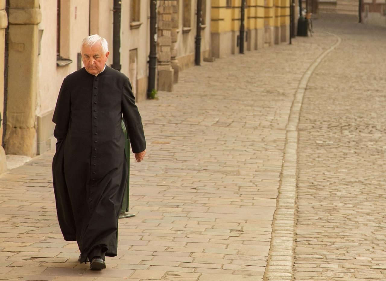 priest-1713035_1280